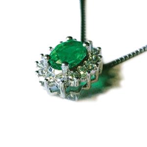 Pendente a stella con smeraldo e diamanti