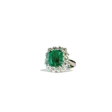 Anello solitario con smeraldo quadrato e diamanti