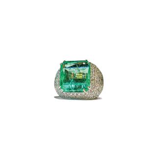 Anello bombato quadrato con smeraldo quadrato e diamanti